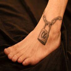 脚腕上的锁纹身图案