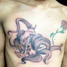胸前的九尾狐纹身图案
