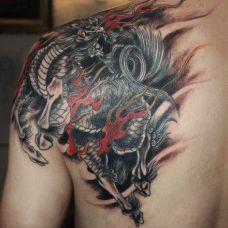 后背上的火麒麟纹身图案