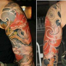 大臂上的红色九尾狐纹身图案