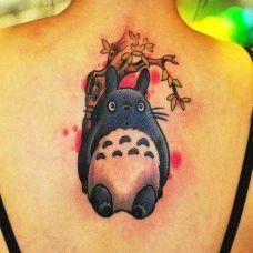 后背上的龙猫纹身图案