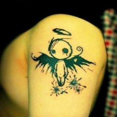 大臂上小天使纹身图案