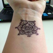 手腕上的梵花海娜图腾纹身图案
