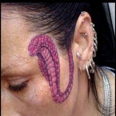 头上的眼镜蛇纹身图案