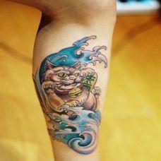 小腿上的招财猫纹身图案