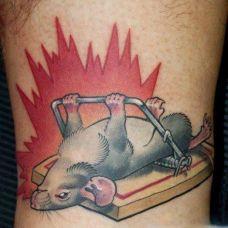 大臂上的老鼠与鼠夹纹身图案