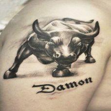 大臂上的斗牛纹身图案