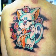 后背上的招财猫纹身图案