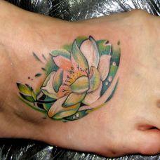 脚面上的绿色莲花纹身图案