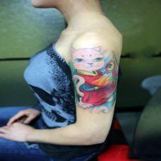 大臂上的招财猫纹身图案