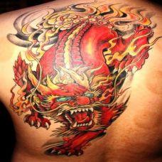 后背上的红色貔貅纹身图案