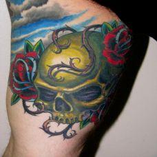 大腿上的骷髅荆棘纹身图案