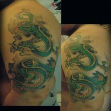 大臂上的绿色小龙纹身图案