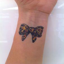 手腕上的蝴蝶结纹身图案