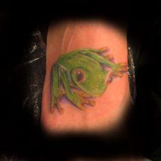 脚面上的绿色小青蛙纹身图案