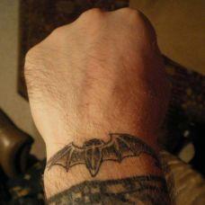 手腕上的蝙蝠纹身图案