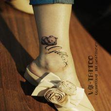 脚腕上的泰迪熊纹身图案