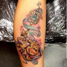 小腿上的钥匙与锁纹身图案