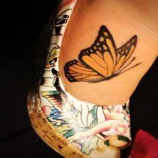 脚面上的蝴蝶纹身图案
