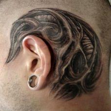 耳后的恶魔纹身图案