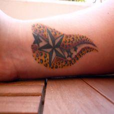 手腕上的五角星纹身图案