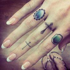 手指上的戒指纹身图案