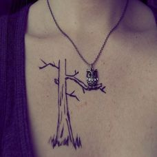 胸前的枯树纹身图案