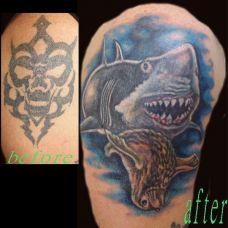 大臂上的鲨鱼纹身图案