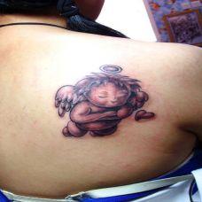 后背上的小天使纹身图案
