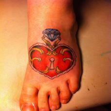 脚面上的钻石锁纹身图案