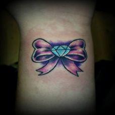 手腕上蝴蝶结钻石纹身图案