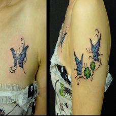 胸前和大臂上的蝴蝶纹身图案