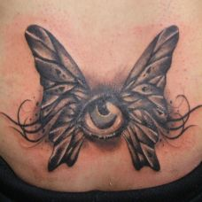 胸前的眼睛蝴蝶纹身图案