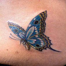 腰侧的蝴蝶纹身图案