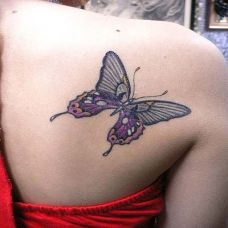 后背上的蝴蝶纹身图案