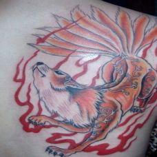 后背上的九尾狐纹身图案