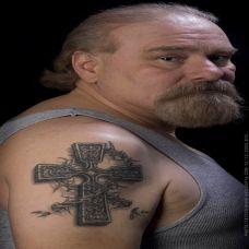 大臂上的十字架荆棘纹身图案