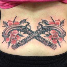 胸前的手枪荆棘纹身图案