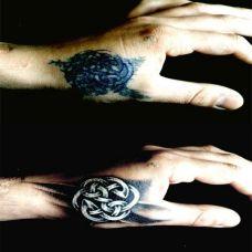 虎口处的编织图腾纹身图案