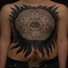 胸前的太阳眼睛纹身图案