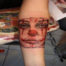 小臂上的人皮面具纹身图案