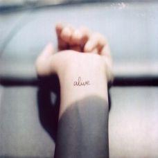 手腕上的英文单词纹身图案
