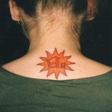 颈后的太阳纹身图案