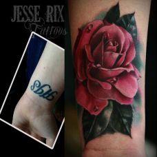 手腕上的遮盖玫瑰花纹身图案