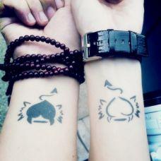 手腕上的恶魔心纹身图案