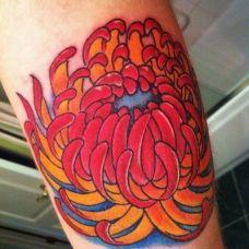 大臂上的菊花纹身图案