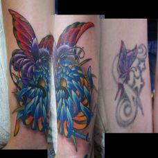 手腕上的菊花蝴蝶纹身图案