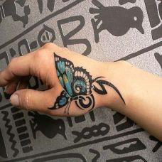 虎口上的蝴蝶纹身图案
