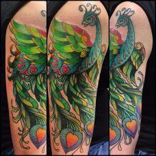 大臂上的绿色孔雀纹身图案