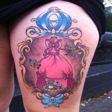 大腿上的镜框公主裙纹身图案